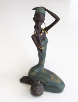 Dekofigur Afrikanerin sitzend aus Kunstharz 20 cm Bild 1